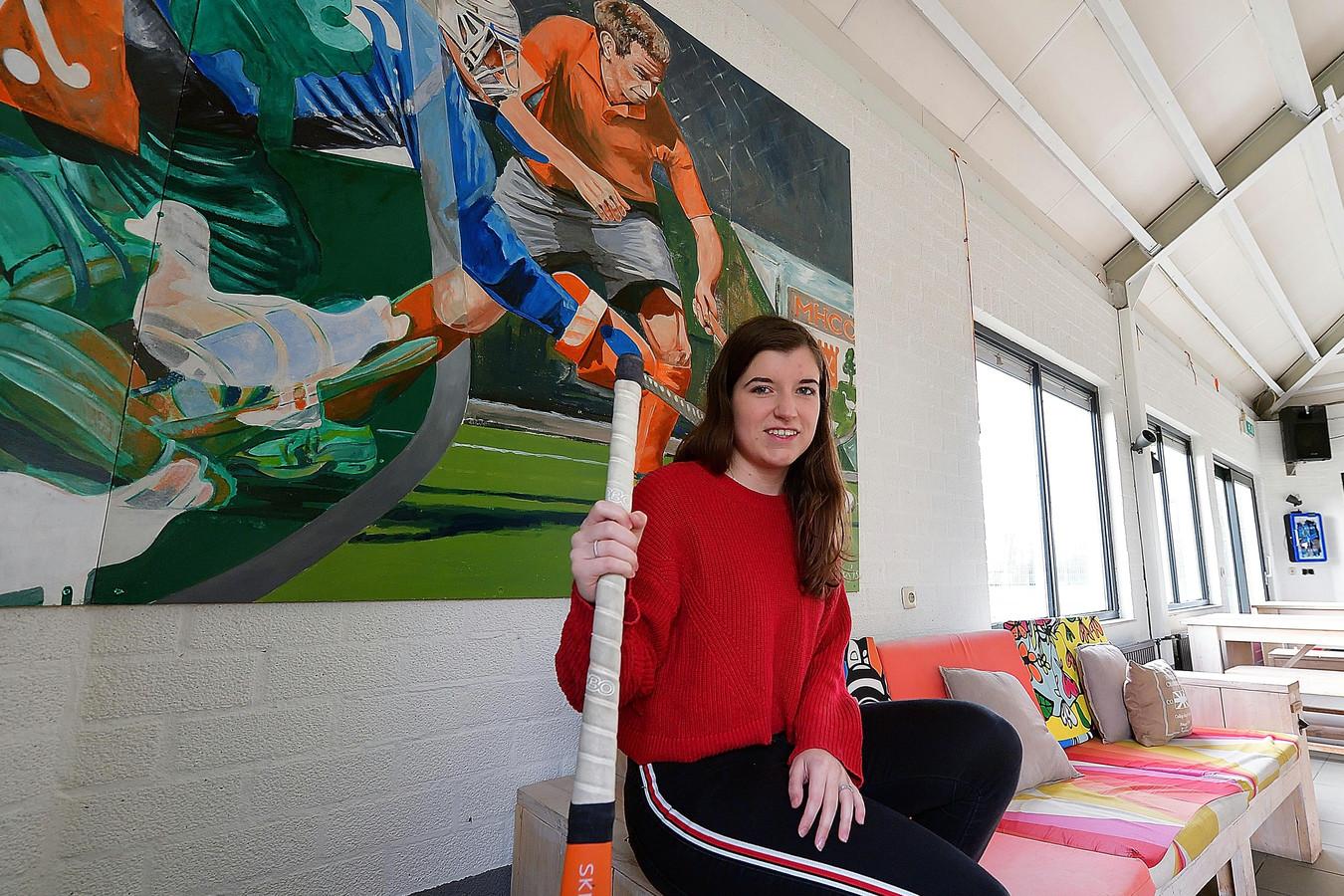 Nikki Vromans in kantine van hockeyclub mhco op albano