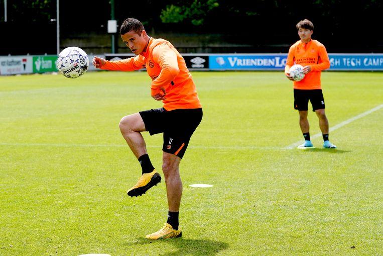 Ibrahim Afellay op een (aangepaste) training van PSV. Als de club komend seizoen zonder publiek moet spelen gaat dat 30 miljoen euro kosten, zei directeur Toon Gerbrands.  Beeld BSR Agency