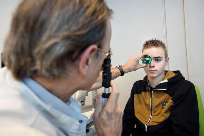 Oogarts Jan-Tjeerd de Faber bekijkt het oog van een vuurwerkslachtoffer.