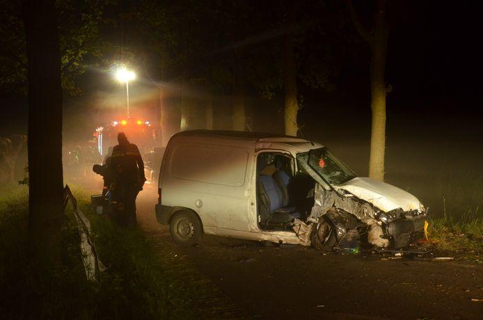 Op de Riethuisweg in Vorden botste een auto tegen een boom.