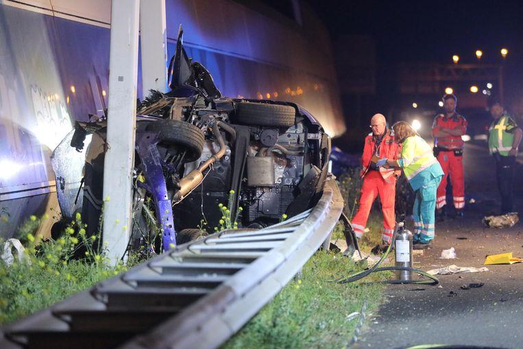 Bij een ongeval op de A12 bij het Prins Clausplein in Den Haag zijn vier mensen om het leven gekomen. De auto kwam achter de vangrail terecht. Beeld ANP