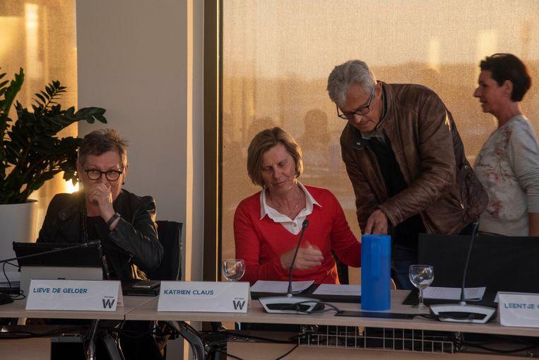 Schepen Katrien Claus (CD&V) daagde verrassend op in de gemeenteraad van Wetteren, ondersteund door haar echtgenoot.