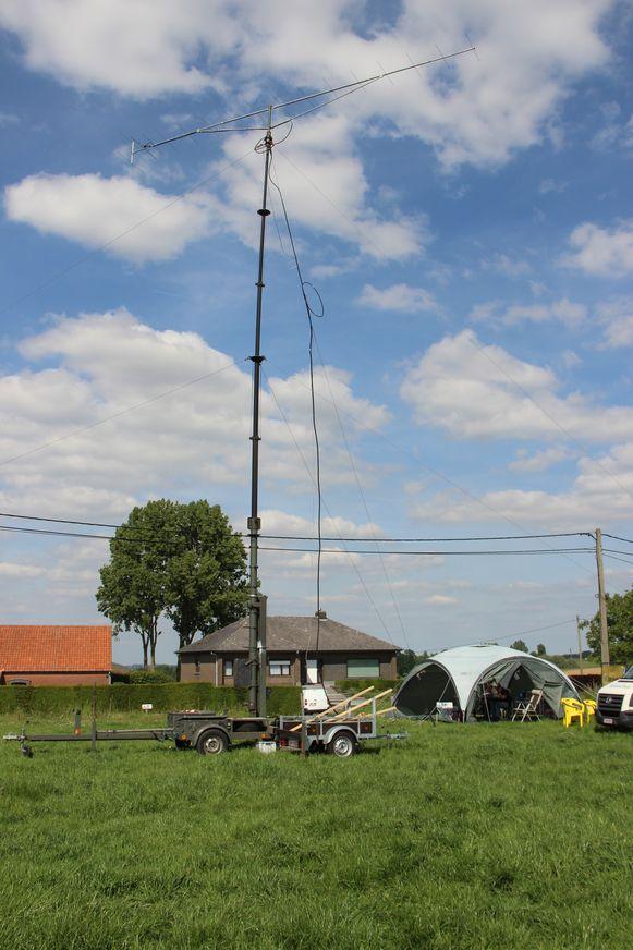 Internationale noodoefening zendamateurs: een grote antenne in de weide.