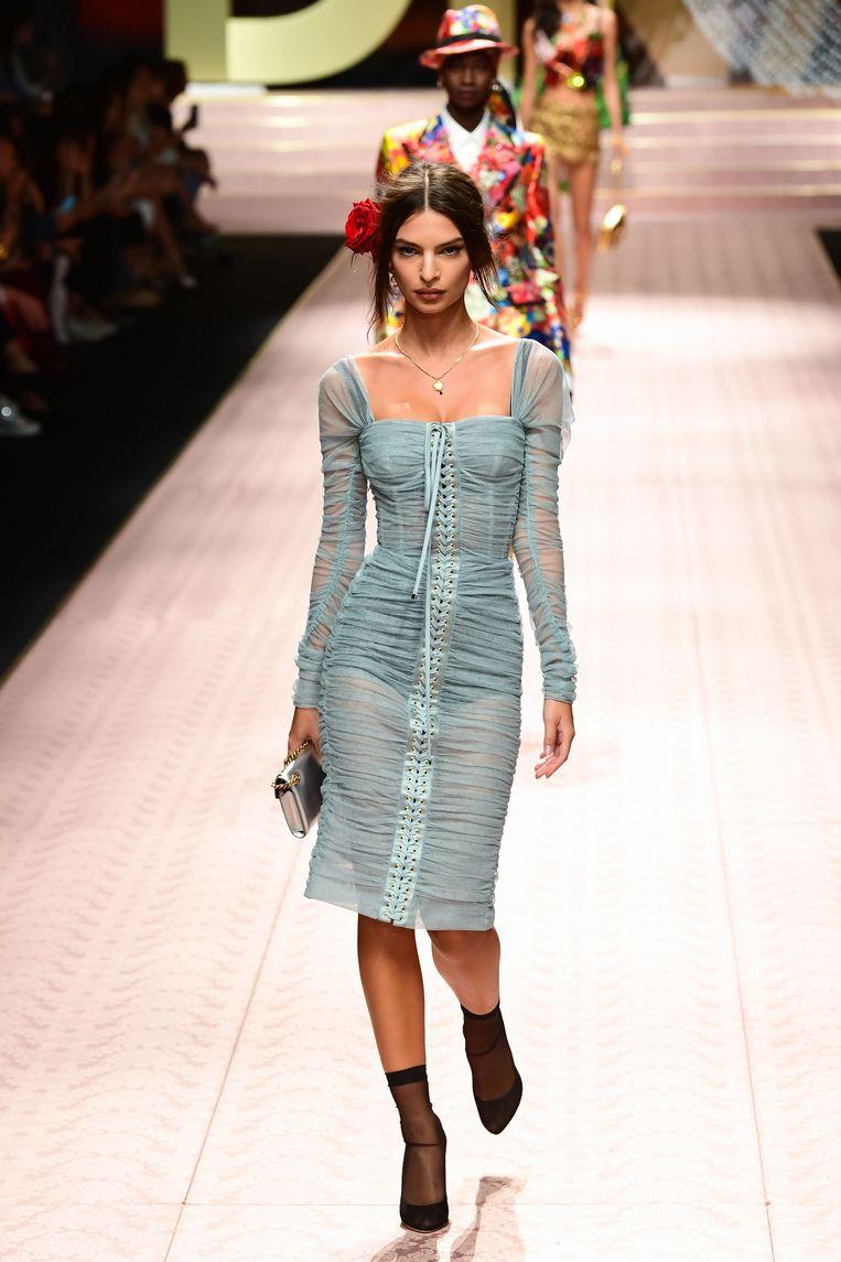 Model Emily Ratajkowski draagt hier een zachtblauwe transparante jurk.