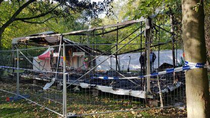 Verteltheater van sprookjesevenement in Leopoldpark volledig uitgebrand, politie start onderzoek