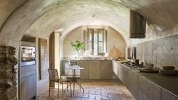 Eeuwenoude ruige boerderij krijgt nieuw leven met verfijnd interieur