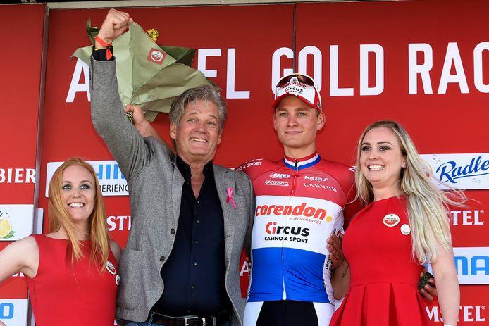 Leo van Vliet met Mathieu van der Poel (de winnaar van 2019) en twee rondemissen.