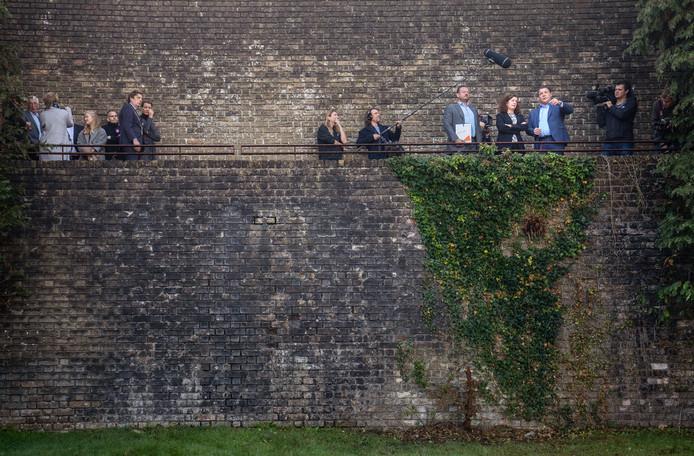 Minister van Engelshoven heeft de Muur van Mussert op de Goudberg tot Rijksmonument verklaard. Links Roderick Zoons.