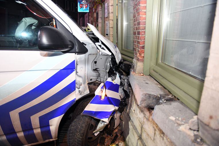 Zowel de politiecombi als het pand liepen zware schade op bij de crash.