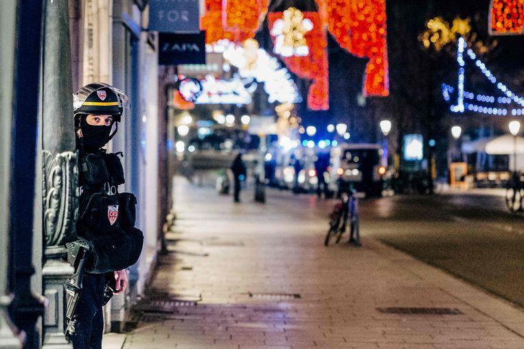 Een Franse politieagent in Straatsburg houdt de wacht vlakbij de plek waar de schietpartij plaatsvond. Beeld AFP