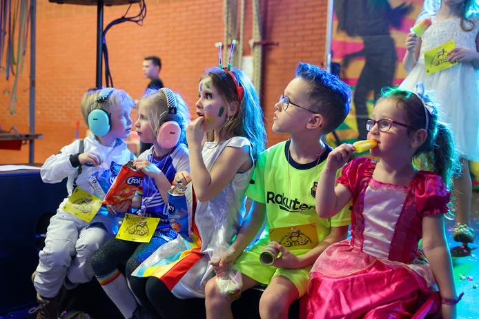 Veel te zien, en voor sommigen ook te horen, tijdens het kindercarnaval in wijkcentrum Blixems in Blixembosch.