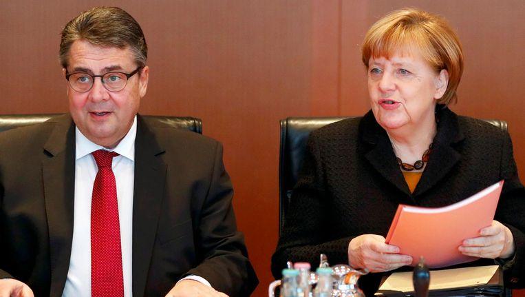 Sigmar Gabriel (L) en Angela Merkel. Beeld reuters