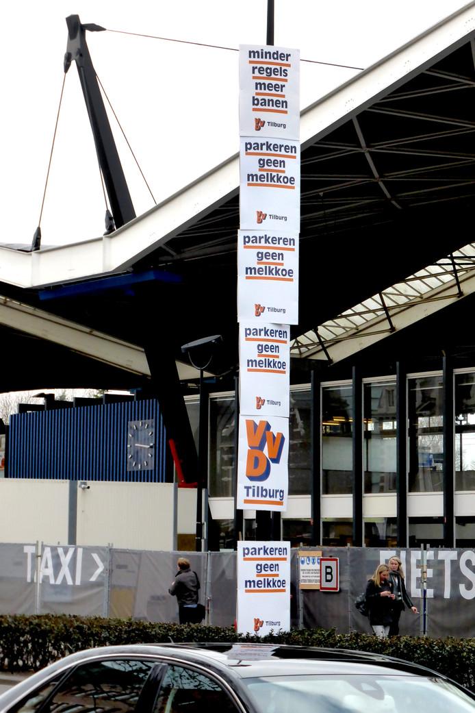 VVD-posters op het station in Tilburg.