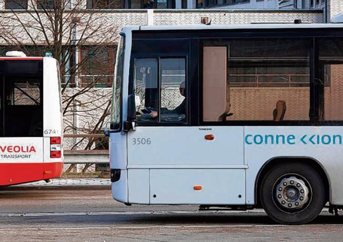 Bussen van Veolia en Connexxion op het Centraal Station van Den Haag.