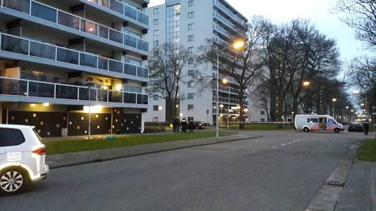 De flat waar van de twee verdachten van afsprongen.