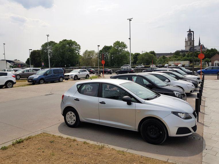 Op deze strook aan Nederhem in Halle mag niet geparkeerd worden maar toch staan er elke dag pendelaars die beboet worden.