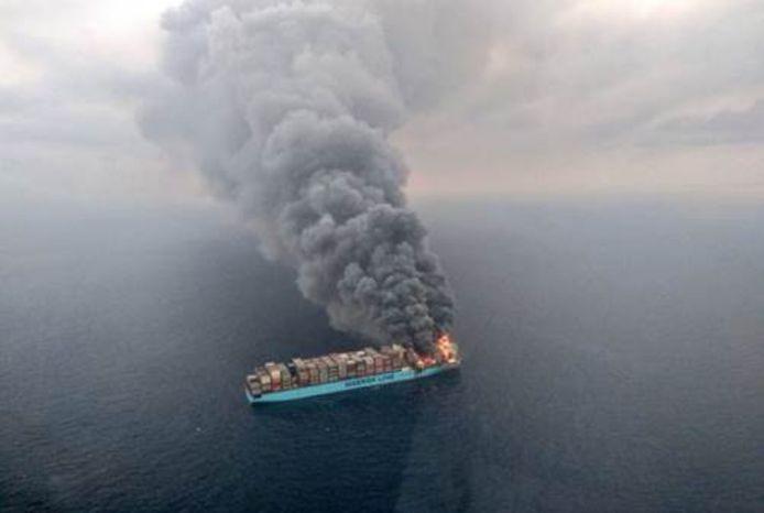 Brand op een containerschip vorig jaar op de Arabische Zee.