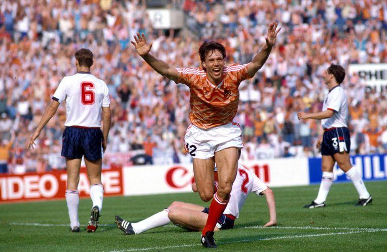 Marco van Basten scoort tegen Engeland op het EK in 1988.  Beeld Hollandse Hoogte / Imago Sportfotodienst GmbH