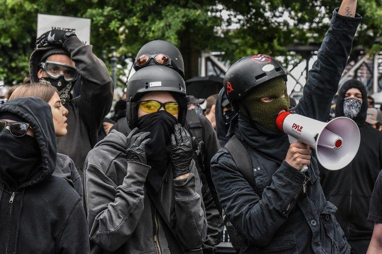 In het zwart gekleden Antifa-demonstranten protesteren tegen een alt-right-bijeenkomst in Portland (Oregon) vorig jaar.  Beeld Getty