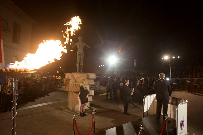 Het vrijheidsvuur brandt op het 5 Mei Plein in Wageningen.