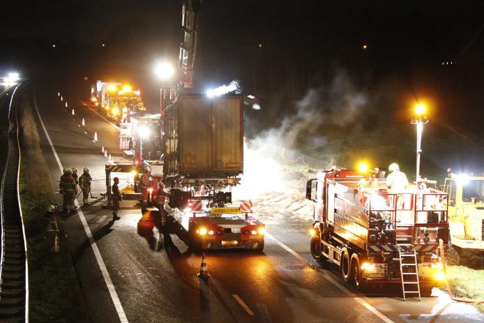 De A73 is tijdelijk afgesloten geweest voor de berging van de aanhanger van een vrachtwagen met stro die was uitgebrand.