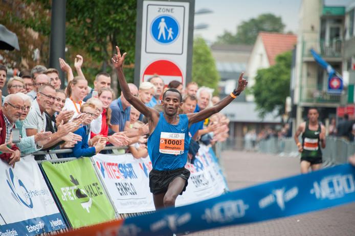 Onesphore Nzikwinkunda uit Burundi loopt de derde seizoenstijd van Nederland op de tien kilometer in Ermelo.