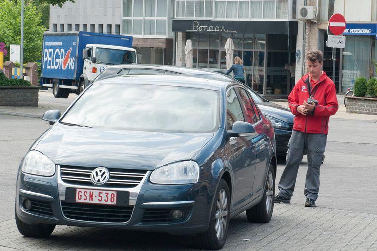 Illustratiebeeld: parkeerwachter schrijft retributie uit