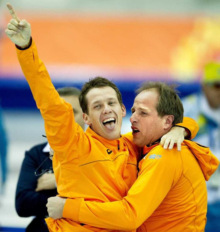 Stefan Groothuis (L) juicht met coach Jac Orie nadat hij de gouden medaille heeft gewonnen op de 1000 meter. Beeld anp