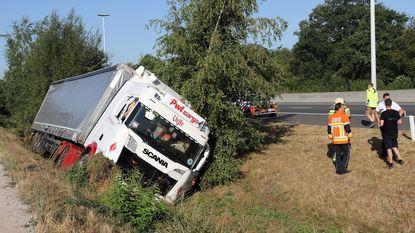 Vrachtwagen kantelt in gracht naast E34