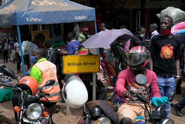 Een straatnaambord in Kampala, Oeganda. De straat is vernoemd naar Sir William MacKinnon, de oprichter van de Imperial British East Africa Company. Beeld Michele Sibiloni