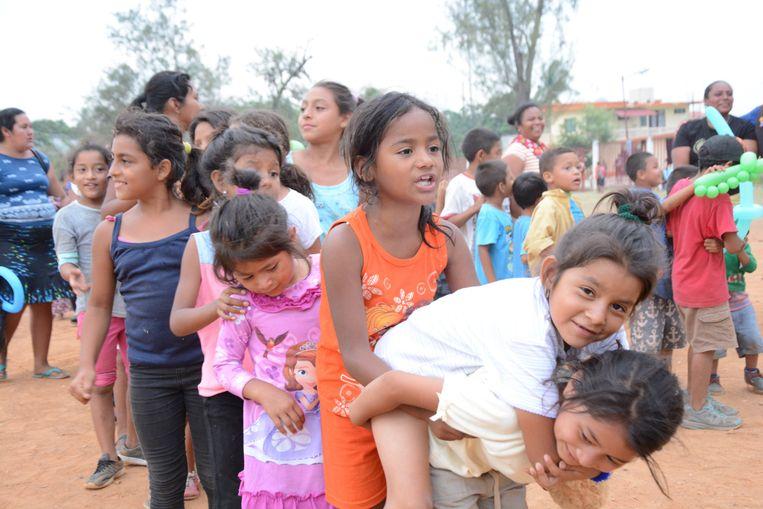 Vrouwen en kinderen nemen deel aan de 'Migrant Viacrucis' door Mexico.