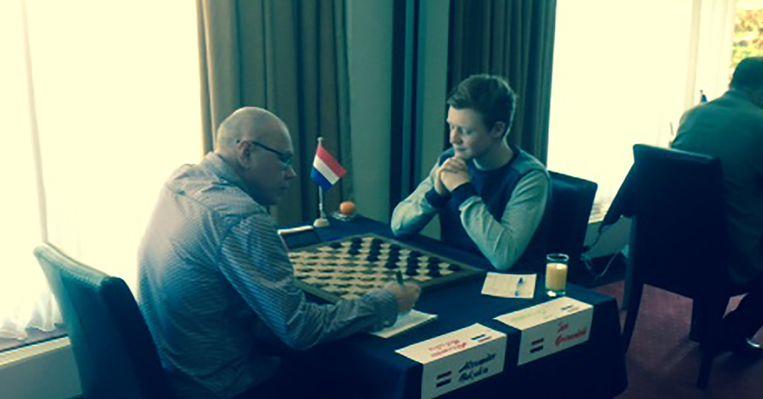 Alexander Baljakin (54) speelt tegen Jan Groenendijk (17) op het WK Dammen in Emmen. Beeld Robèrt Misset