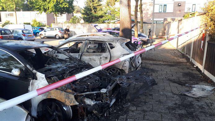 Vier auto's zijn uitgebrand in de 75e straat in Nijmegen.