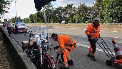 Motor belandt tegen middenberm op E313: bestuurder en passagier uit Limburg naar  ziekenhuis