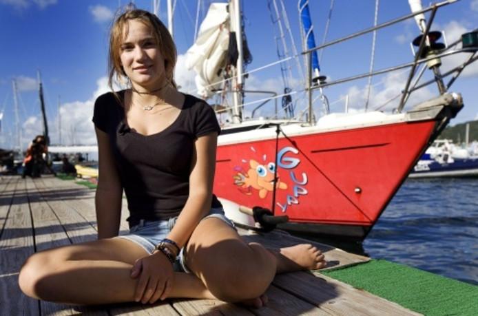 Laura Dekker in 2012 in de haven van  Sint-Maarten na haar soloreis met Guppy rond de wereld.