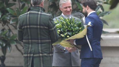 Informateurs bezoeken koning zonder regering, maar wél met bloemen voor de jarige koningin