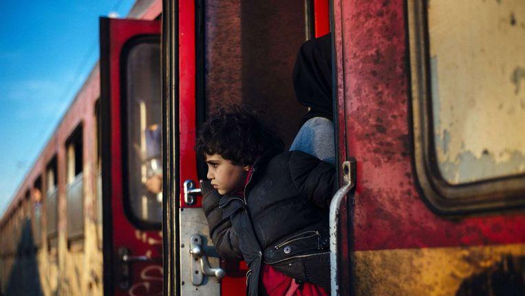 Een trein met vluchtelingen bij de Grieks-Macedonische grens. Beeld afp