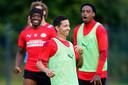 Mauro Júnior, terug bij PSV. Hier in een dolletje met Noni Madueke en Pablo Rosario.