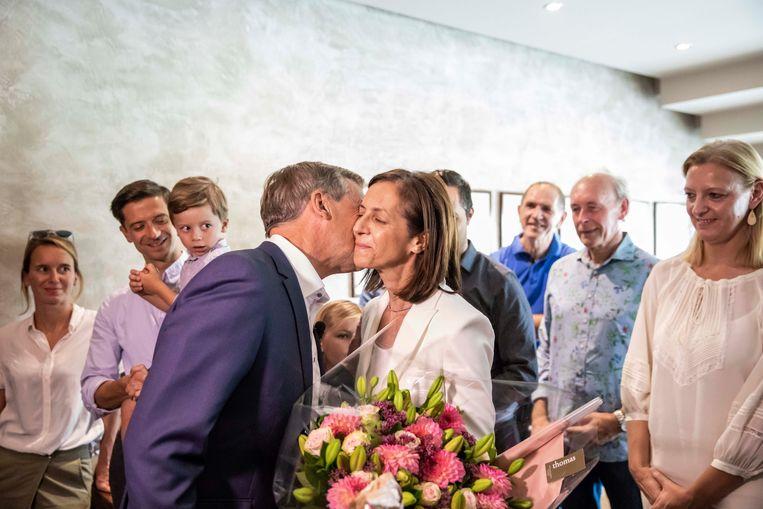 Sauwens geeft zijn boeket vrijwel meteen aan zijn vrouw.