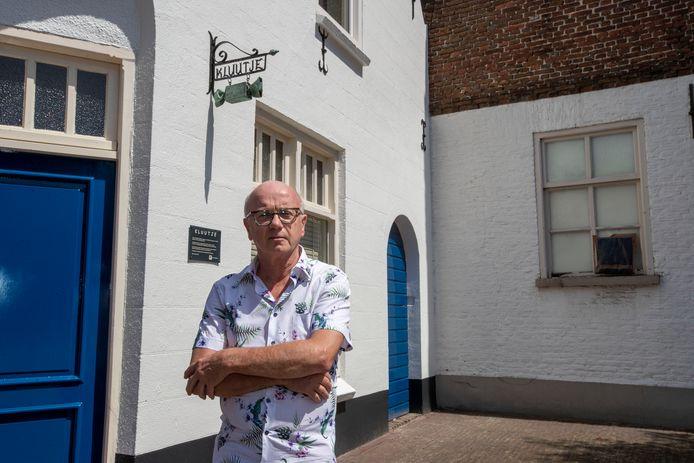 Martijn Mansvelt bij de voordeur van zijn huis, 'Kluutje' genaamd.