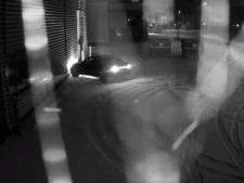 Stunt 'dikke BMW' gaat mis: auto rijdt tegen bedrijfspand