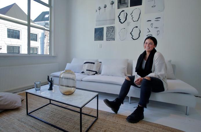 Saskia Oldenburg houdt van rustige kleuren in haar huis uit 1700. Veel van de spullen die er staan komen van haar reizen naar Bali, Nepal en India.