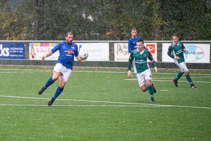 Hoeven-speler Thomas van den Broek (links) was belangrijk voor zijn team en gaf tweemaal de assist voor zowel de 0-1 als de 0-2.