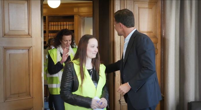 Gele Hesjes op bezoek in het Torentje. Premier Rutte kreeg van sommige bezoekers geen hand. 'Buiten trappen', vindt briefschrijver W. van Dis.