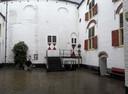 De binnenplaats van kasteel Ammersoyen met rechts de ingang naar de bierkelder.
