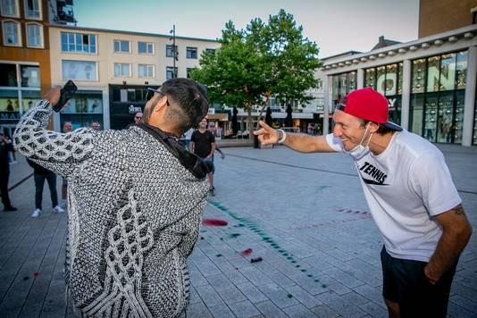 Barreto gaat met een NEC-fan op de selfie in Nijmegen.