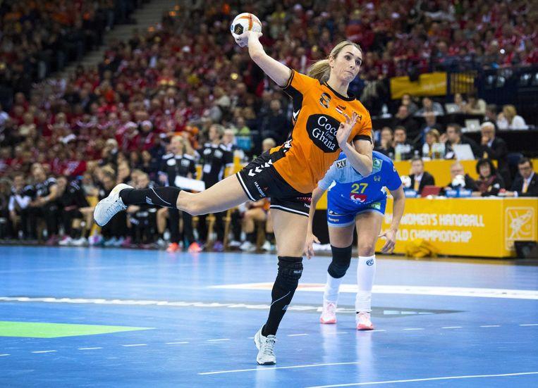 Lois Abbingh werpt de bal richting het Zweedse doel Beeld null