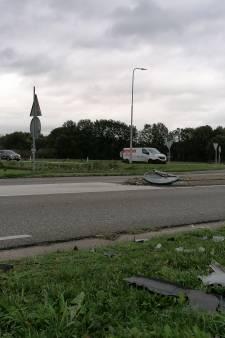 Automobilist mist rotonde en rijdt middengeleider omver in Zelhem