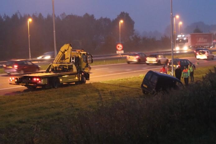 Een bestelbusje belandde vanavond in de sloot langs de A50.
