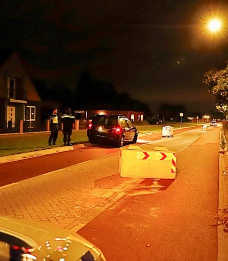 Auto botst op betonblok in Cuijk, forse schade